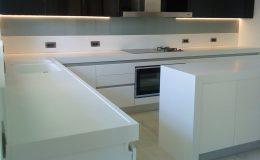 Εντοιχισμένη κουζίνα με ντουλάπια αποθήκευσης