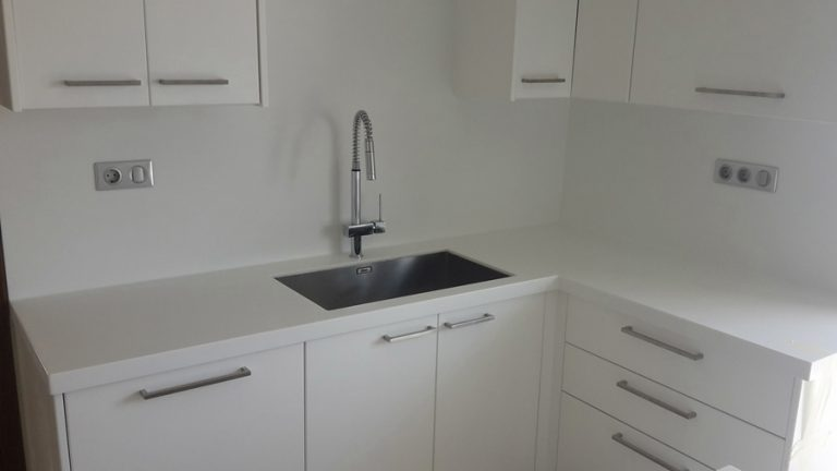 Κουζίνα με νεροχύτη και ντουλάπια
